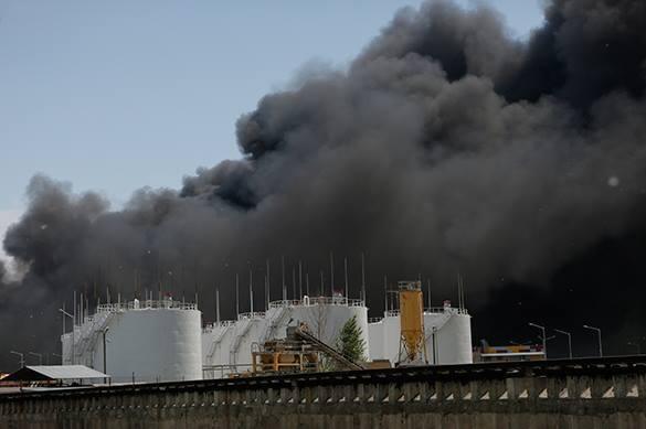 Корреспондент украинского телеканала, описывая мощнейший пожар в Киеве, от волнения перешел на русский язык. дым над нефтебазой под Киевом