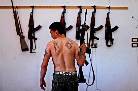 ИГИЛ, боевик с голым торсом