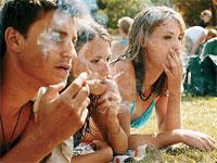 Курящих подростков в России стало в два раза меньше