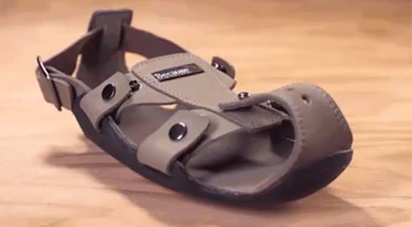Изобретатель придумал обувь для бедных, растущую вместе с ребенком. В США изобрели растущие сандалии