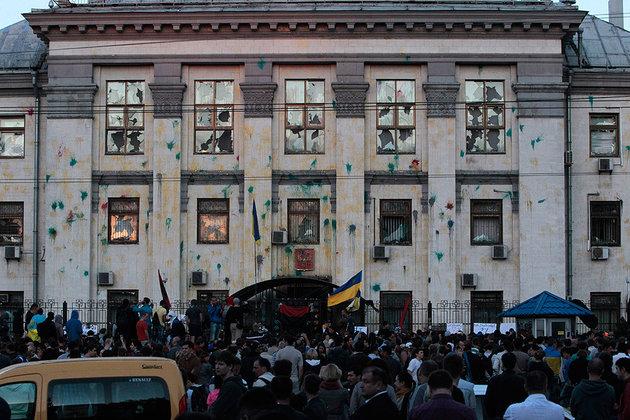 У российского посольства в Киеве опять собирается агрессивная толпа. ВИДЕО. 293403.jpeg