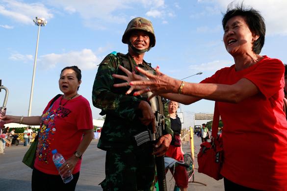 Переворот в Таиланде: местные жители фотографируются с военными. Переворот в Таиланде: местные жители фотографируются с военным
