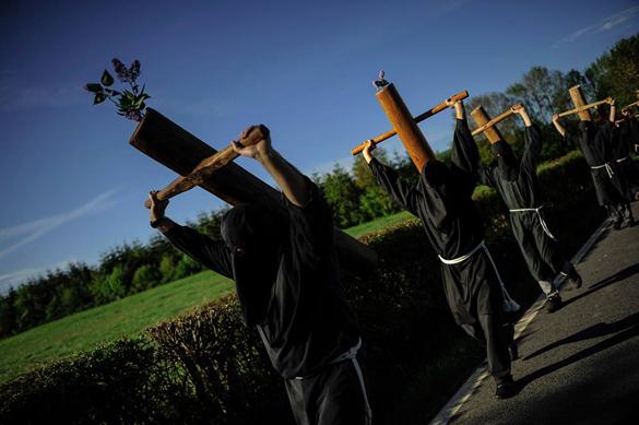 В Испании прошли ежегодные шествия с крестами. Испанские грешники прошли с крестами