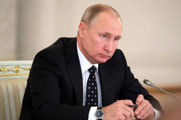 Путин подписал 64 закона в последний рабочий день. Путин подписал 64 закона в последний рабочий де
