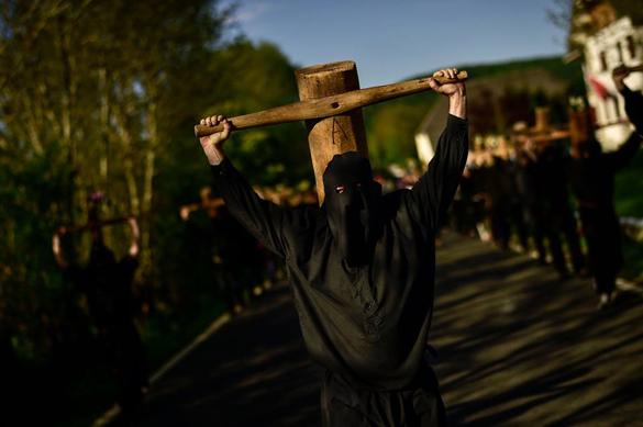 В Испании прошли ежегодные шествия с крестами. Испанские грешники провели шествие