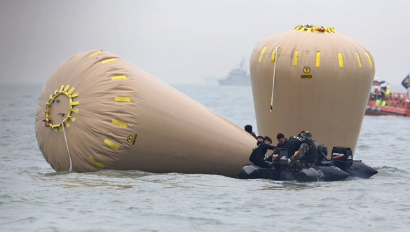 """Затонувший паром """"Севол"""" необходимо поднять на поверхность - Пак Кын Хе. Паром Севол поднимут со дна моря"""