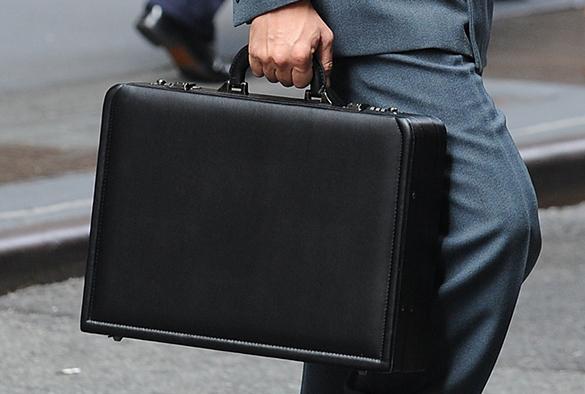 Из-за бюрократии иностранные компании могут уйти из России в апреле. Мужчина в костюме с портфелем