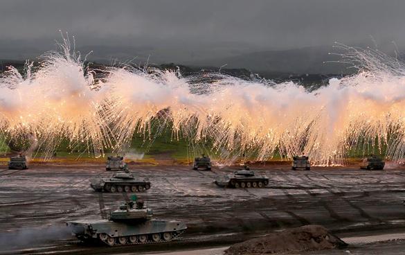 Япония борется за увеличение своей военной роли в мире. Японские танки на учениях 19 августа 2014 года