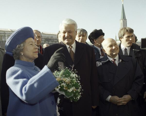 СМИ рассказали, как британская королева уворачивалась от объятий Ельцина. СМИ рассказали, как британская королева уворачивалась от объятий