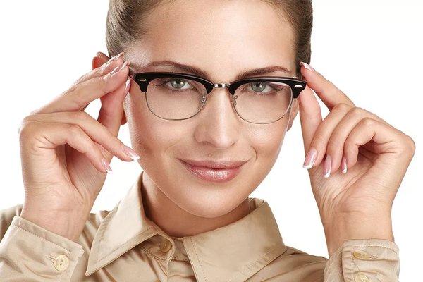 Что лучше – очки или контактные линзы?. девушка в очках
