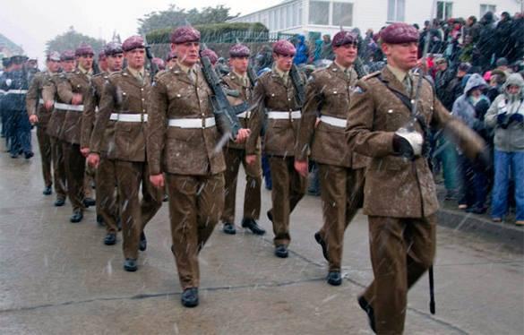 Великобритания бросит на Фолкенды дополнительные войска после шутки из России. Британские военнослужащие на параде