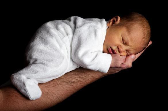 Отец выбросил со второго этажа мешавшего ему спать сына. тец выбросил со второго этажа мешавшего ему спать сына