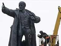 Взорванный в Петербурге памятник Ленину демонтируют для