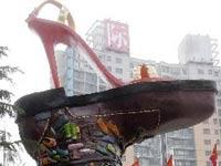 На улицах Москвы появятся гигантские туфли и сумочки
