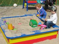 Водитель задавил детей, игравших в песочнице