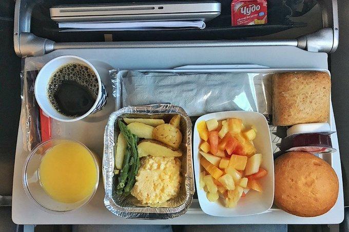 Мишустин отменил приказ 1988 года о меню в самолетах. Питание в самолете