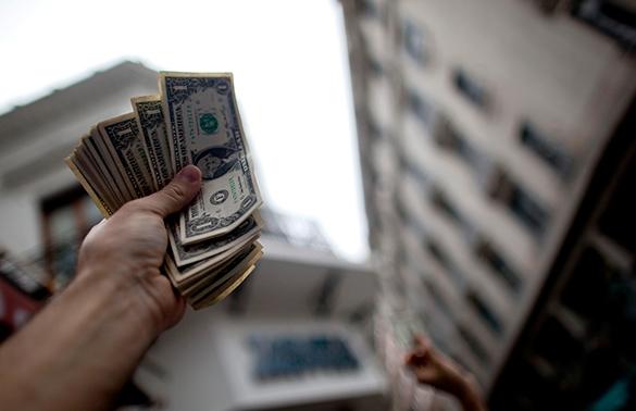 Эксперт: Из-за падения евро повысится спрос на доллар. доллар, валюта, евро, деньги, наличные