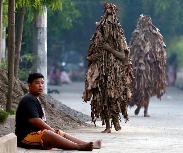 Филиппины встречают Рождество Иоанна Крестителя банановыми листьями и грязевыми ванными. 322464.jpeg