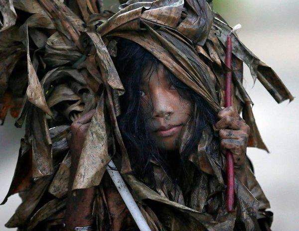 Филиппины встречают Рождество Иоанна Крестителя банановыми листьями и грязевыми ванными. 322465.jpeg