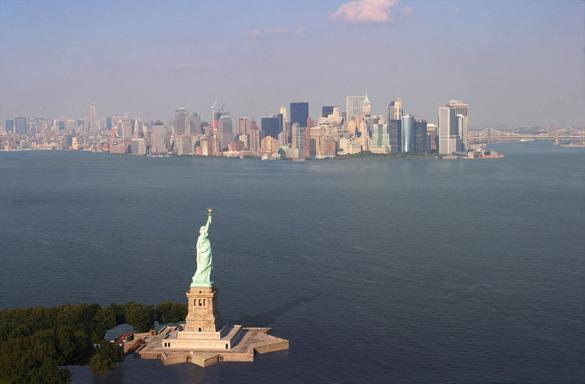 """США обещают спасти Европу от энергетического """"террора"""" России, предоставив свои энергоносители. статуя Свободы за океаном"""