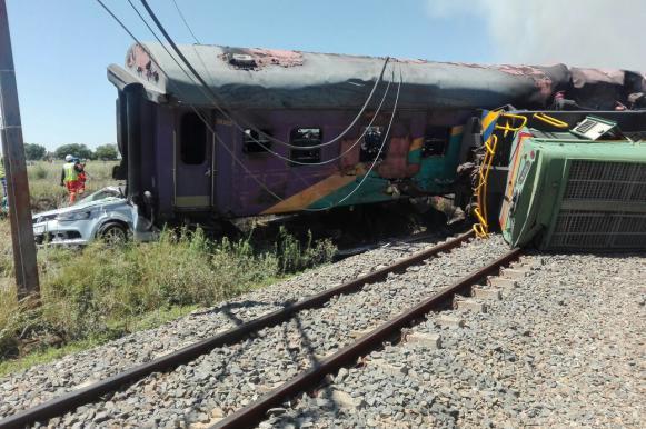 В ЮАР в столкновении поезда с грузовиком пострадали сто человек. В ЮАР в столкновении поезда с грузовиком пострадали сто человек