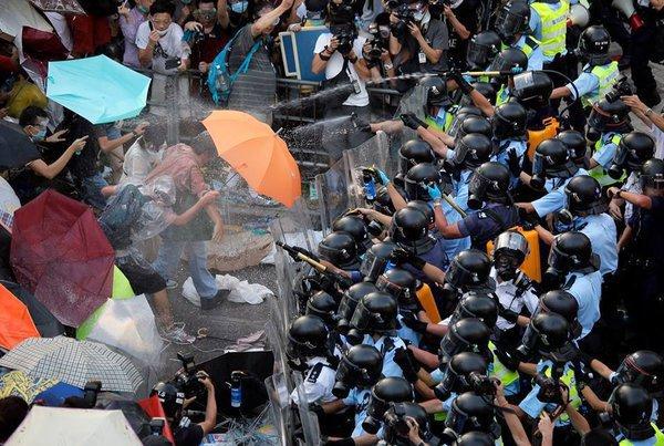 Стычки протестующих с полицией в Гонконге становятся все жестче. 301478.jpeg