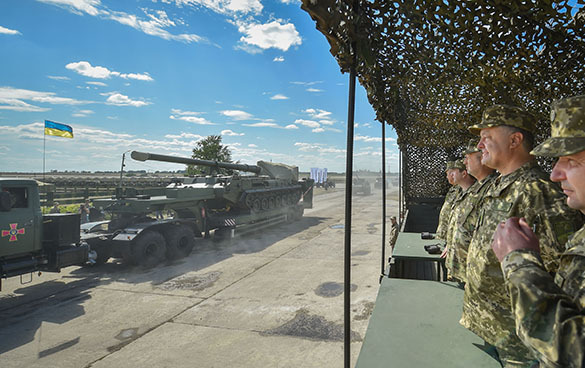 Порошенко сообщил о передаче ВСУ 200 единиц боевой техники. Порошенко сообщил о передаче ВСУ 200 единиц боевой техники