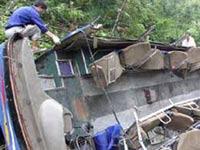 Автобус рухнул в пропасть в Индии, погибли 25 человек