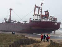 Во Франции с севшего на мель судна вытекает топливо. 251482.jpeg