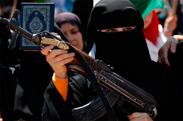 """10% иностранных рекрутов """"Исламского государства"""" - девочки и женщины. мусульманка, оружие, хиджаб, автомат, женщина, ислам"""