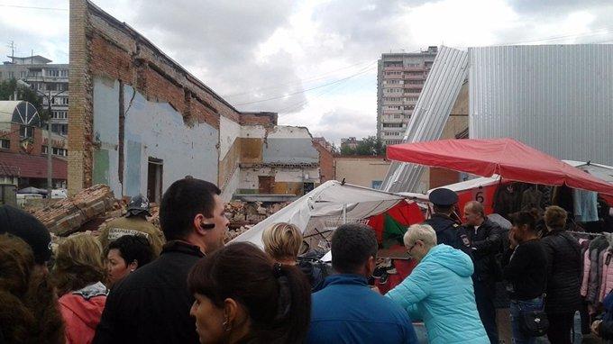 ЧП в Балашихе: на посетителей рынка рухнула стена кинотеатра. ЧП в Балашихе: на посетителей рынка рухнула стена кинотеатра