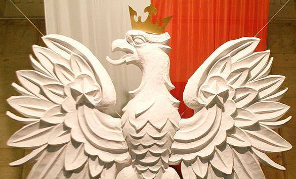 Варшава: Российские бакеры угрожают безопасности страны. Герб Польши