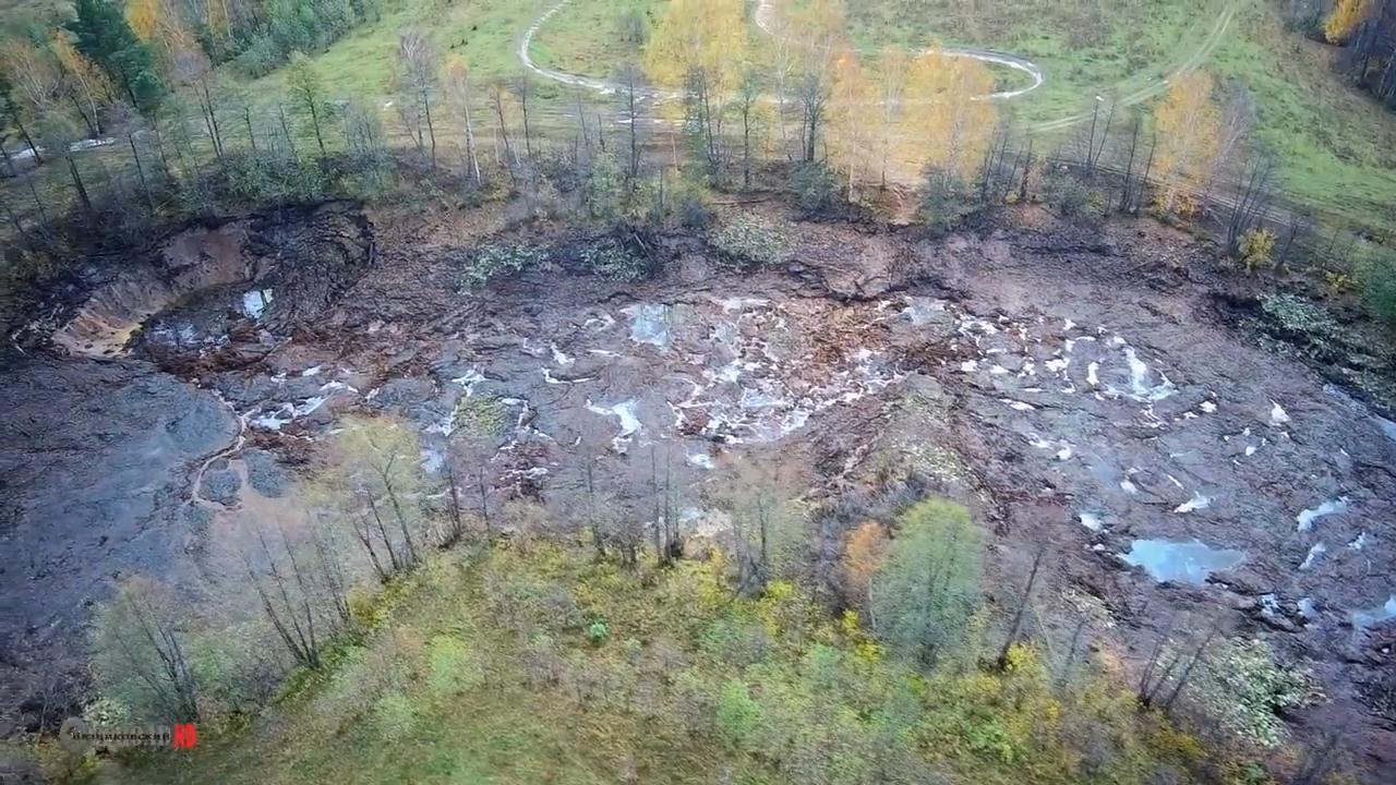 Под Владимиром лесное озеро провалилось под землю в огромную воронку. Видео. Под Владимиром лесное озеро провалилось под землю в огромную вор