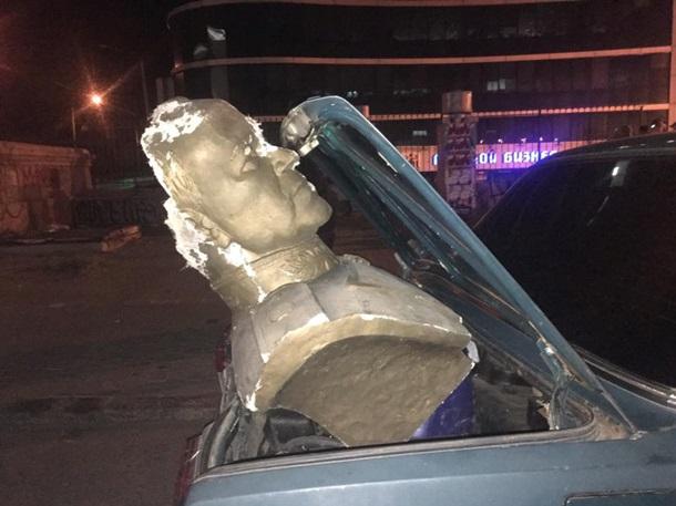 В Одессе вандалы разбили бюст маршалу Жукову. В Одессе вандалы разбили бюст маршалу Жукову