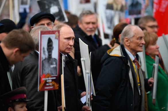 Владимир Путин прошел в рядах Бессмертного полка