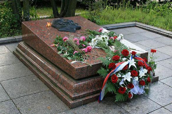Украинские радикалы осквернили могилу советского солдата. 388492.jpeg