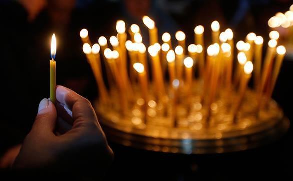 Молитва за мир у иконы довела до обморока 26 украинских школьников. свечи в церкви