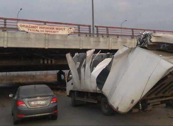 """Водитель """"Газели"""" объяснил, почему врезался в """"мост глупости"""". 387495.jpeg"""