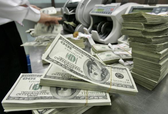 Доллар ощутимо подешевел на открытии торгов. Доллар на открытии потерял 45 копеек