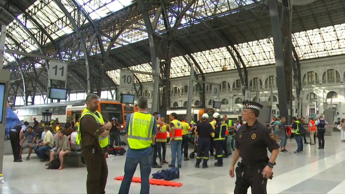 Электричка врезалась в перрон в Барселоне: десятки пострадавших