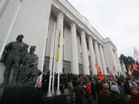 Митингующие украинцы снесли забор у здания Рады. 248500.jpeg