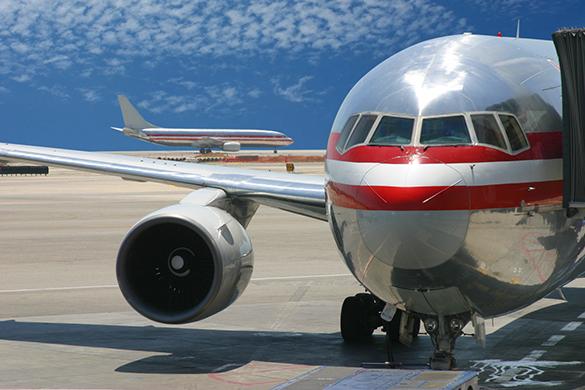 Авиапассажир-астматик в Малаге выскочил через аварийный выход самолета на крыло подышать. Авиапассажир-астматик в Малаге выскочил через аварийный выход са