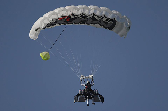 Пилот Ив Росси пролетел над Дубаем на реактивном ранце. Росси представил полет над Дубаем