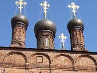 Крест со старинного храма сняли с помощью вертолета
