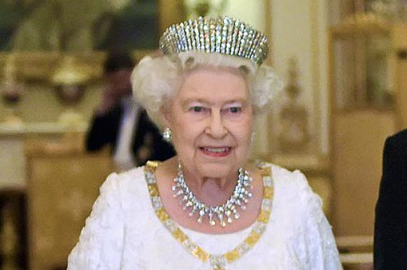 Королева Британии лишила принца Чарльза права на корону.