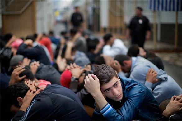 Столичная полиция провела массовые задержания нелегальных мигрантов.
