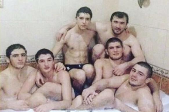 Американский боец высмеял фотографию Нурмагомедова с пятью мужчинами в ванной. 400516.jpeg