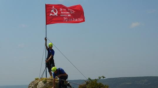 Спасатели снова подняли знамя Победы на вершине Крыма
