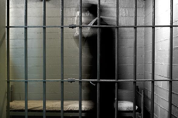 арестованный за решеткой