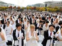 Тысячи женихов и невест одновременно обвенчались в Сеуле